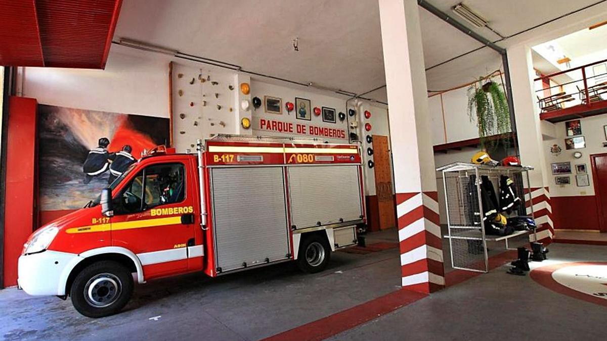 Una unidad de bomberos permanece aparcada en uno de los parques de la Isla.