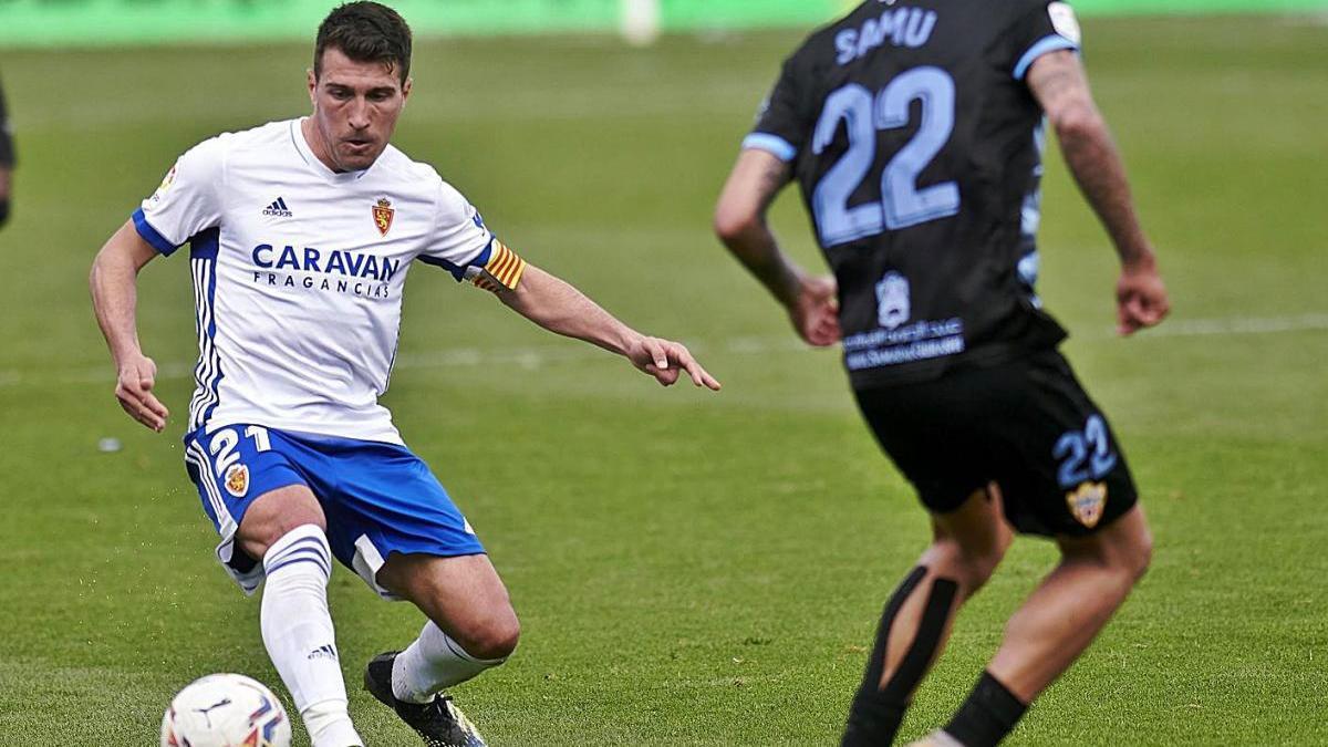 Zapater controla una pilota durant el partit contra l'Almeria de la jornada passada.