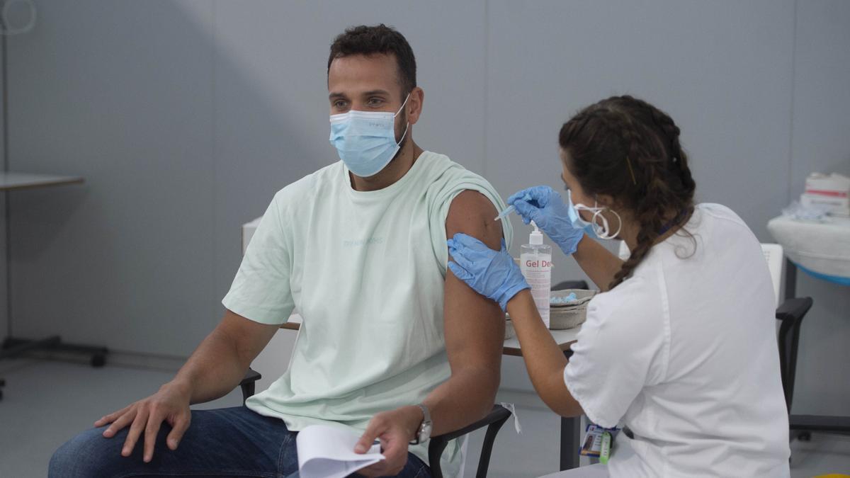 Un hombre recibe la vacuna contra el COVID.