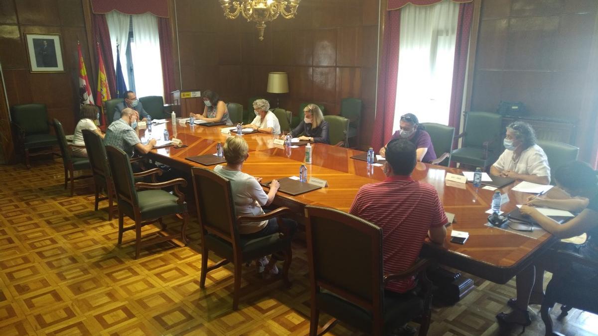 La comisión de seguimiento del programa de empleo durante la reunión