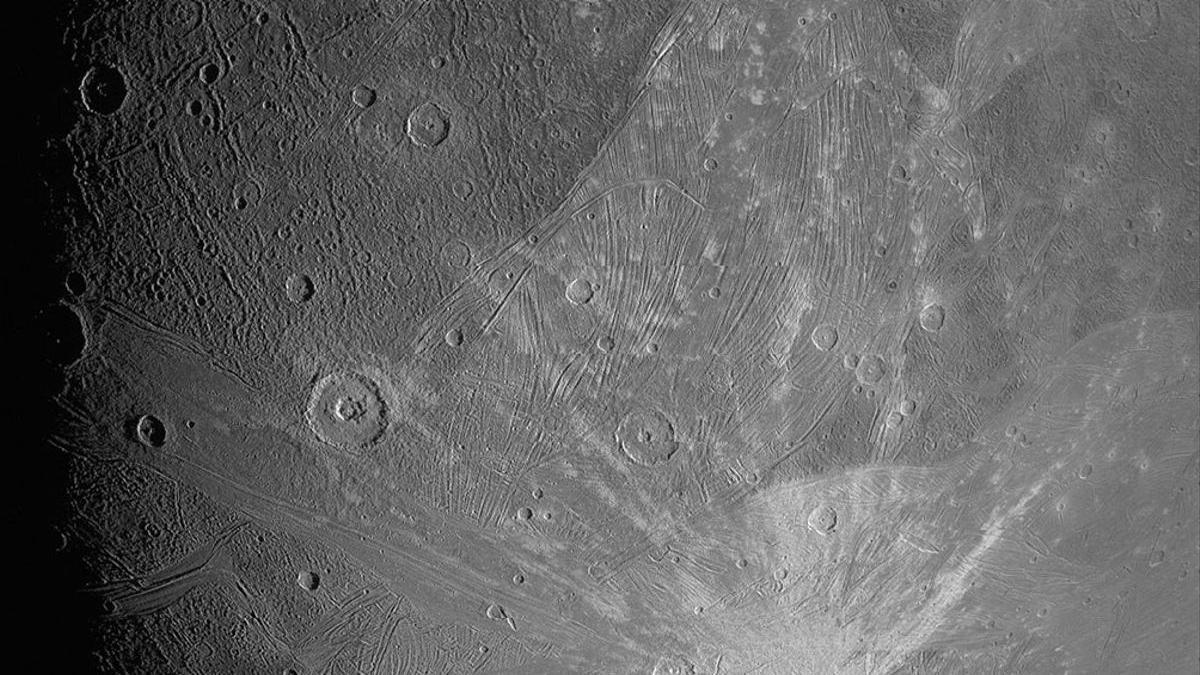 La superfície de Ganimedes, la lluna gegant de Júpiter