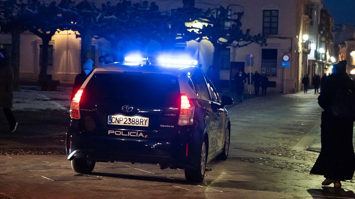 Un coche patrulla de la Policía Nacional controla las calles del Casco Histórico de la capital en la jornada de ayer. | Jose Luis Fernández