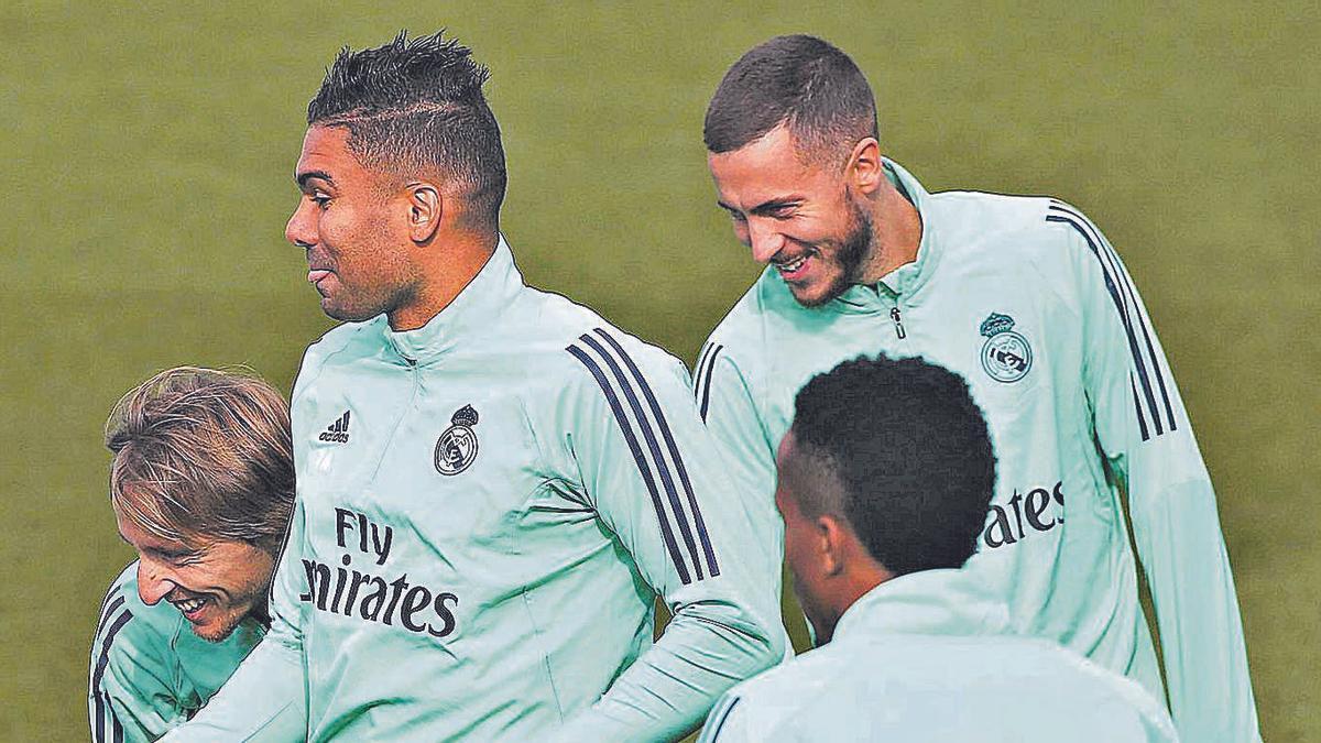 Casemiro y Hazard, durante un entrenamiento reciente en Madrid. |  // EFE
