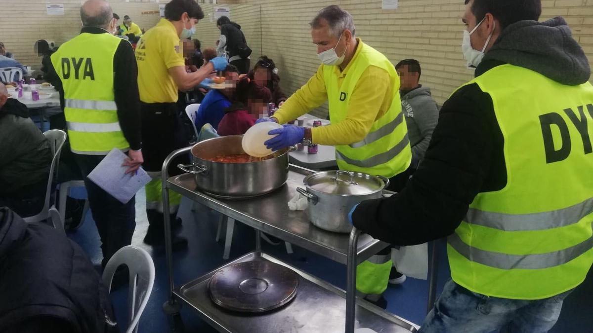 Servicios Sociales ofreciendo comida a las personas sin recursos