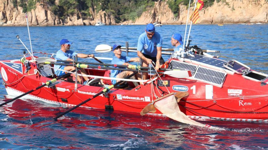 Una embarcació ecològica recorre de Portbou a Blanes per recollir microplàstics al mar