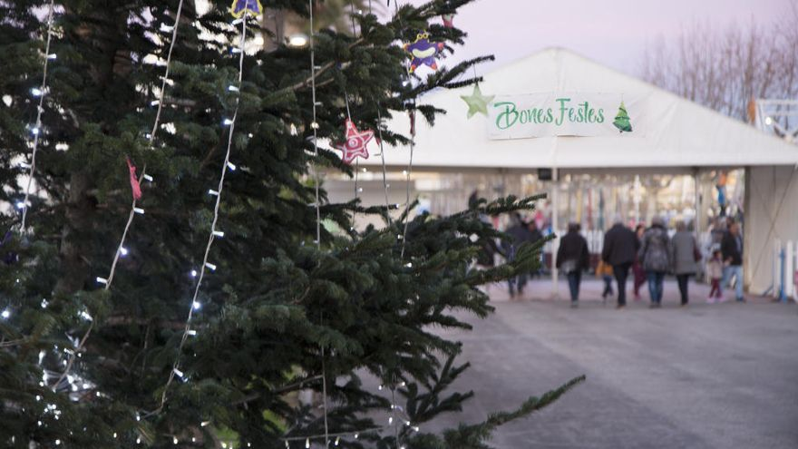 Les festes de Nadal omplen de turistes el passeig i la vila de Castelló d'Empúries