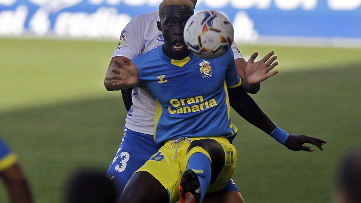 Clau Méndez protege el balón ante  Álex Muñoz en el derbi amistoso de la pretemporada en el Heliodoro. | | LOF