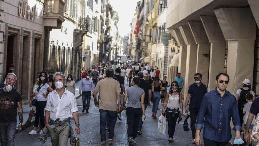 Roma multará con hasta 500 euros a quien tire mascarillas en la calle