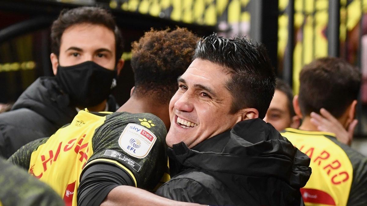 Xisco Muñoz se abraza con sus jugadores tras el encuentro ante el Norwich.