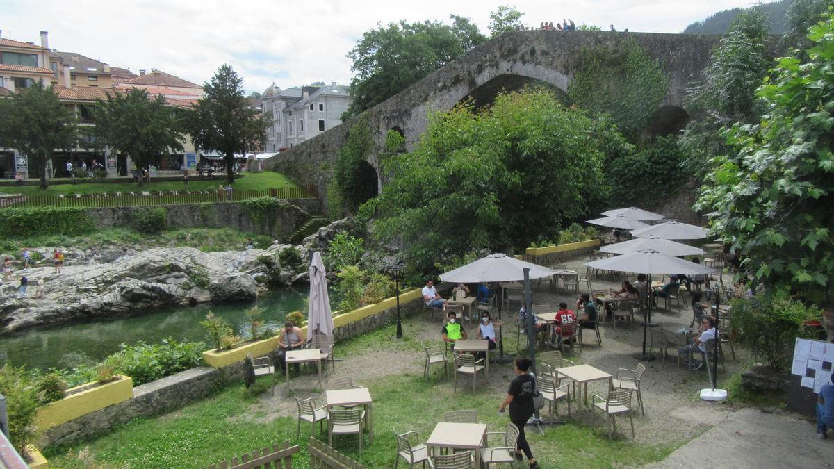 Terraza debajo del puente de Cangas de Onís