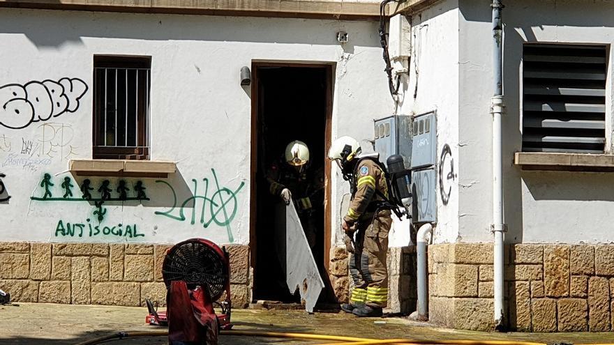 Alarma en el corazón natural de Oviedo: los bomberos sofocan un incendio en la biblioteca del Campo San Francisco