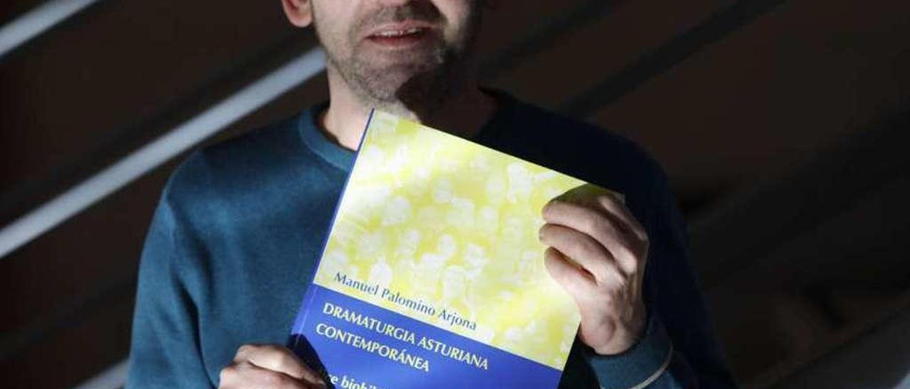 """Manuel Palomino, con un ejemplar de su libro """"Dramaturgia asturiana contemporánea""""."""