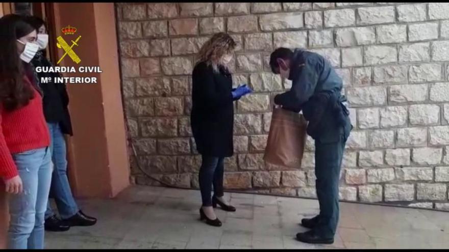 La Guardia Civil reparte material sanitario en la Marina Alta para las personas más necesitadas