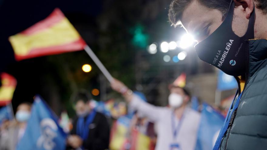 Ambiente de celebración en torno a la sede del PP en Madrid