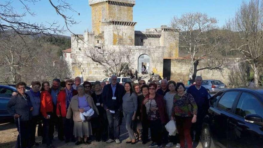 Mayores de Culleredo visitan el castillo de Pambre