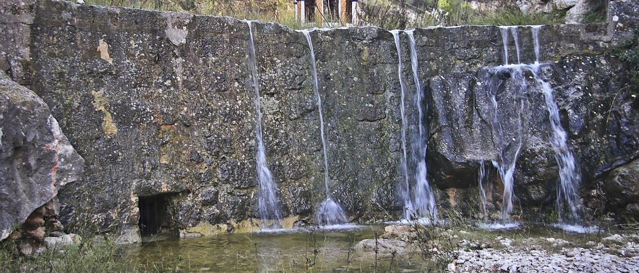 La cúpula del acuífero de El Molinar, en Alcoy, detrás de una de las cascadas de agua.