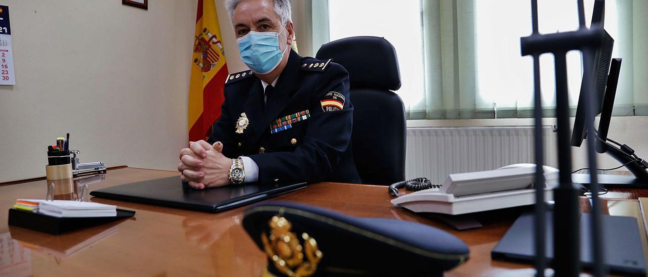 Alejandro Valverde, en su   despacho de la Comisaría de Policía Nacional de Avilés.