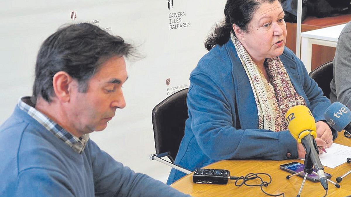 Biel Torrens junto a la consellera de Agricultura, Mae de la Concha, en una rueda de prensa.