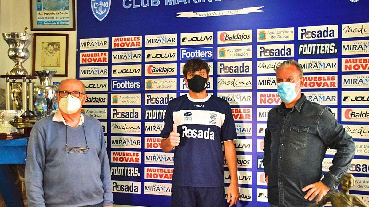 Por la izquierda, Luis Gallego, Míchel y Oli, durante la presentación del nuevo jugador del Marino.