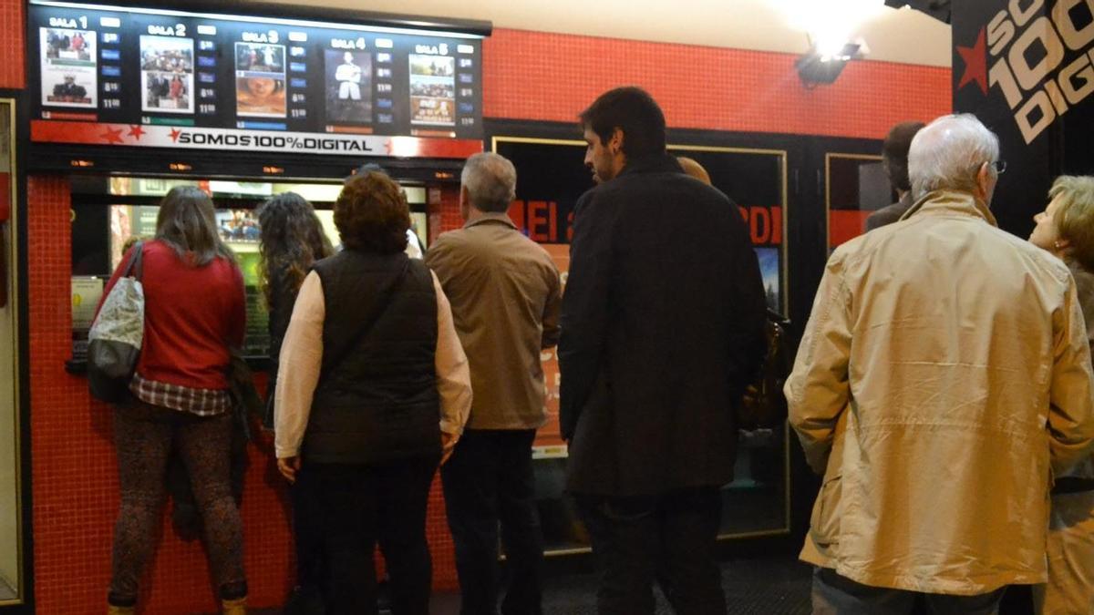 Público en la cola de Multicines Zamora.