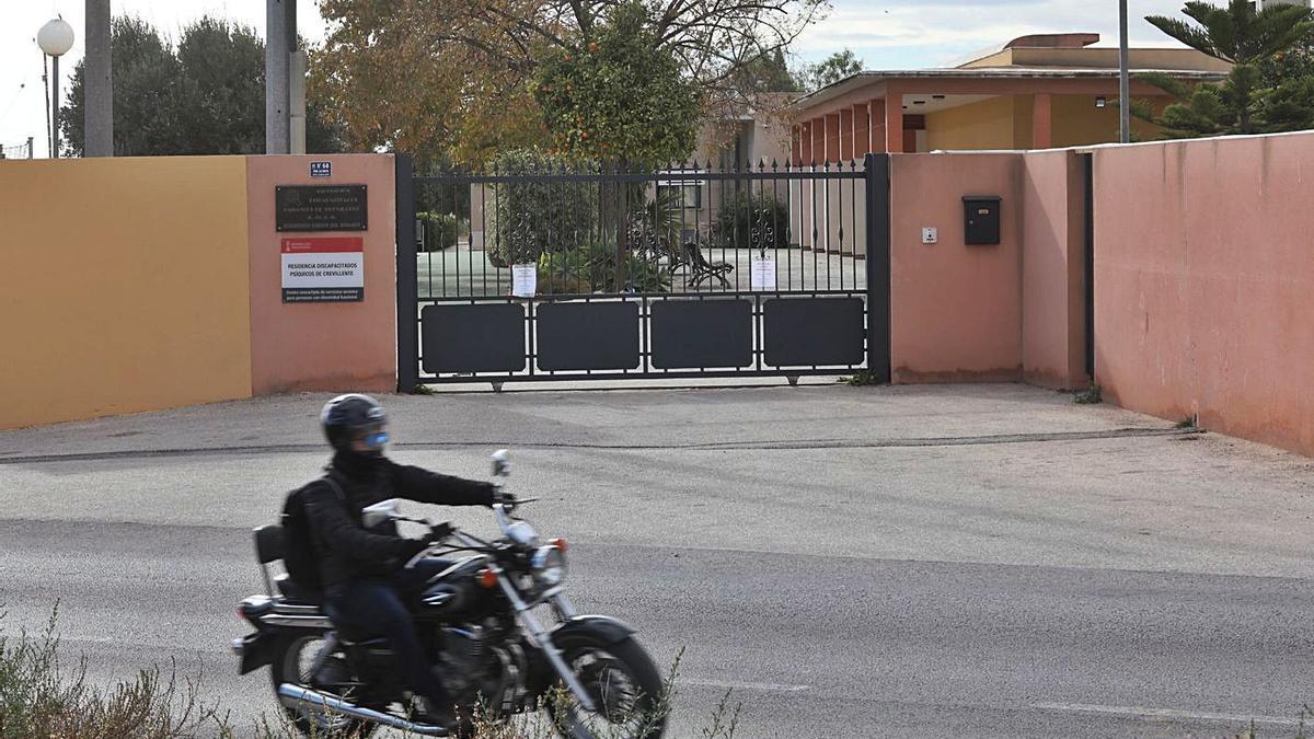 Entrada de la residencia Virgen del Rosario de Crevillent en una imagen tomada ayer.