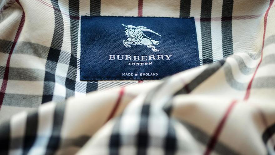 El logo de Burberry en su clásica gabardina