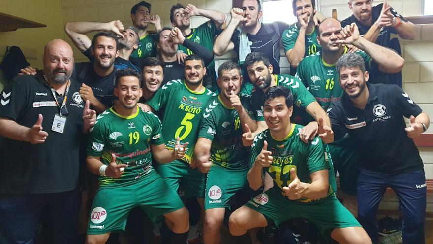 El Iberoquinoa Antequera logra un triunfo vital en Pontevedra