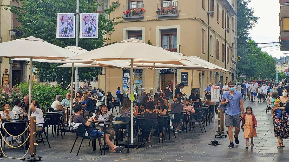 Las terrazas de Jaca, repletas de locales y visitantes, en una sombreada tarde de este pasado mes de julio.  | SERVICIO ESPECIAL