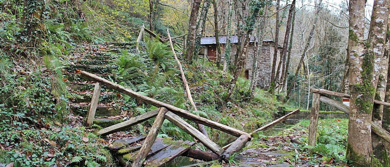 Uno de los puentes de acceso, destrozado. | T. Cascudo