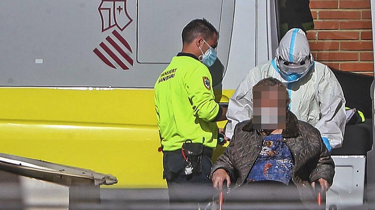Dos sanitarios trasladan a una paciente al Hospital General de València.   LEVANTE-EMV