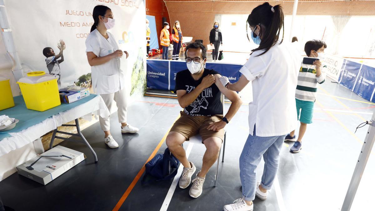 Vacunación masiva de Janssen esta mañana en el pabellón polideportivo de la Universidad de Zaragoza