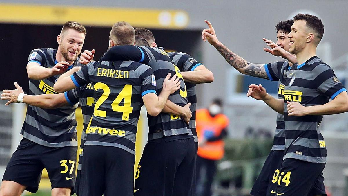 Los jugadores del Inter festejan uno de los goles de ayer.    // EFE