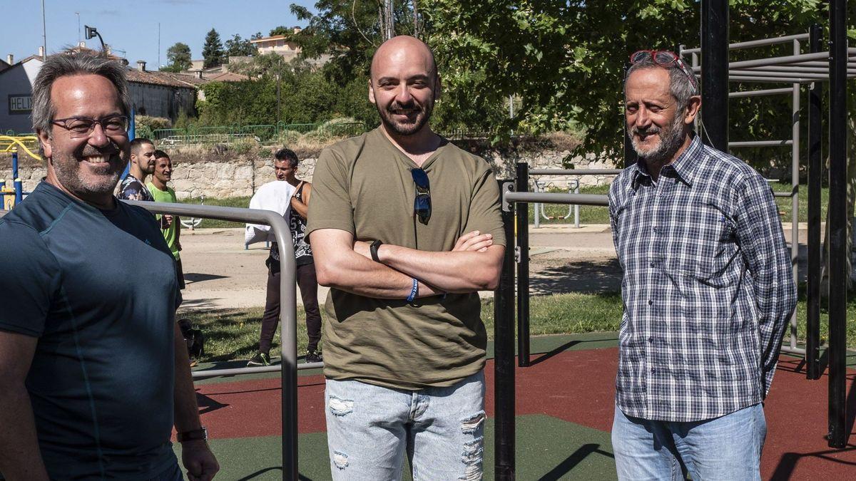 Manuel Alesander Alonso, con el alcalde, Francisco Guarido, y el concejal Romualdo Fernández