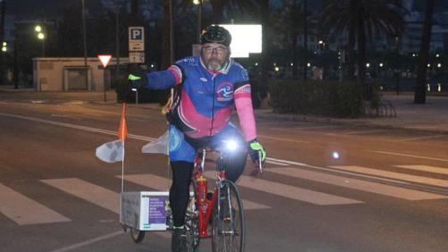 Un regidor de Roses comença una ruta solidària en bici