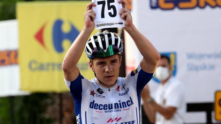 El ciclista belga Remco Evenepoel cae al vacío desde un puente en Il Lombardía