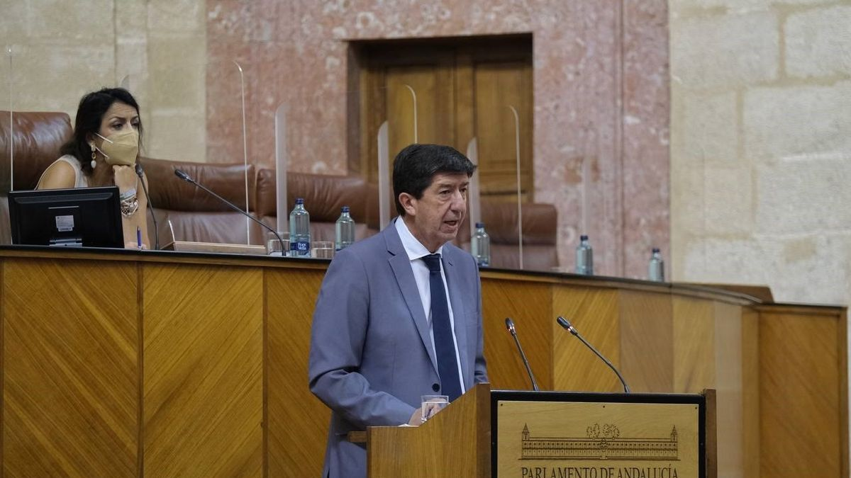 El vicepresidente de la Junta y consejero de Turismo, Juan Marín, este jueves durante su comparecencia en el Pleno del Parlamento.