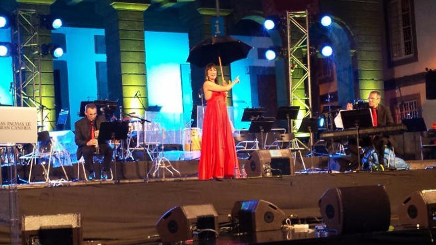 Yanely abre las Fiestas Fundacionales bajo la lluvia