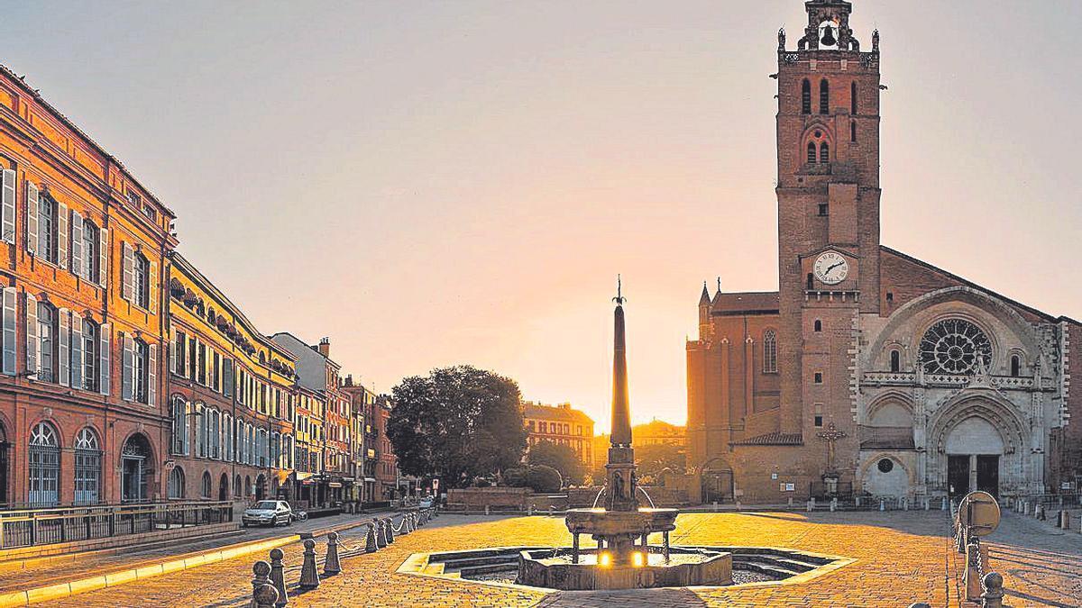 La plaza y la Catedral de Saint-Etienne.