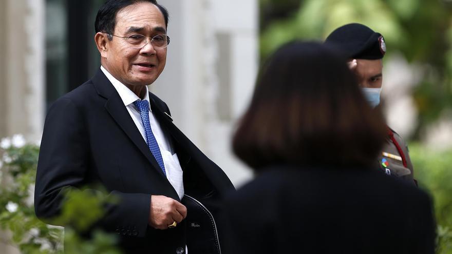 El primer ministro tailandés rocía con gel hidroalcohólico a varios periodistas