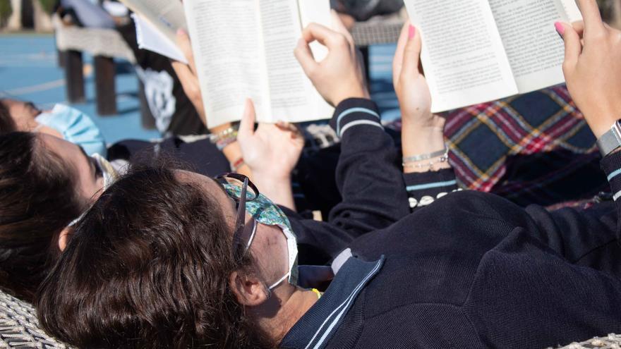 Lectura al aire libre  en el Newton College