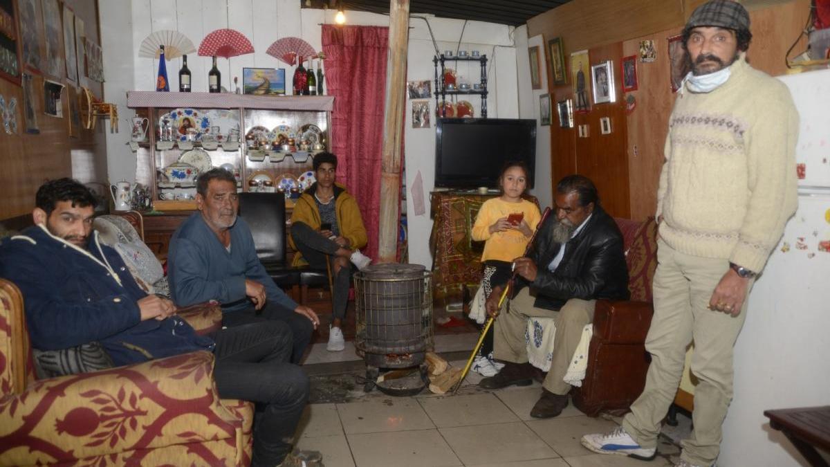 Una familia gitana en el poblado de A Fontela, Maside. // Carlos Peteiro