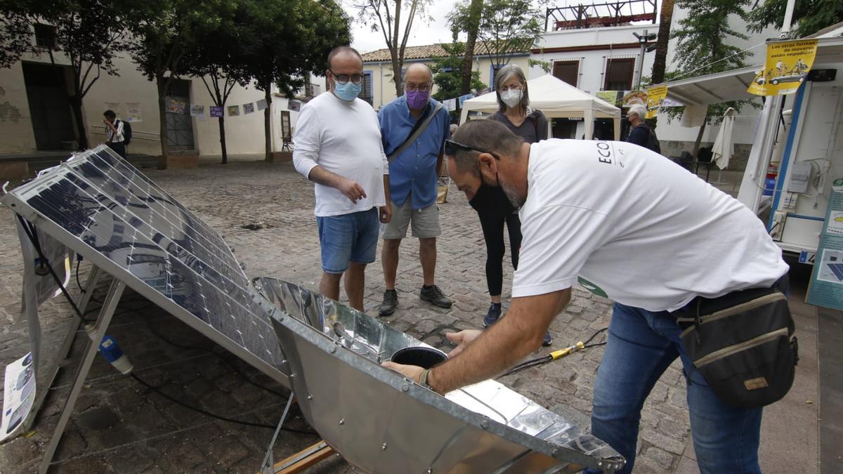 Muestra de placas solares en la plaza de las Cañas.