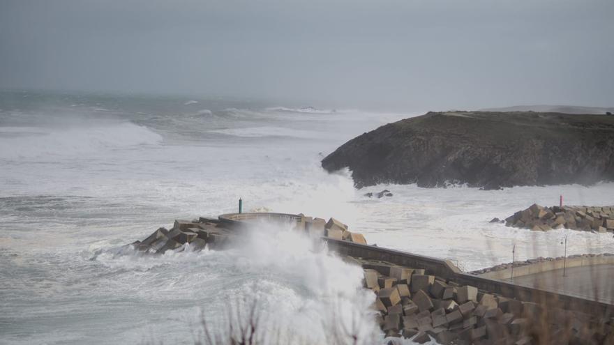"""Viento, oleaje y nieve: así ha sido el  espectacular paso de la borrasca """"Bella"""" por Asturias"""