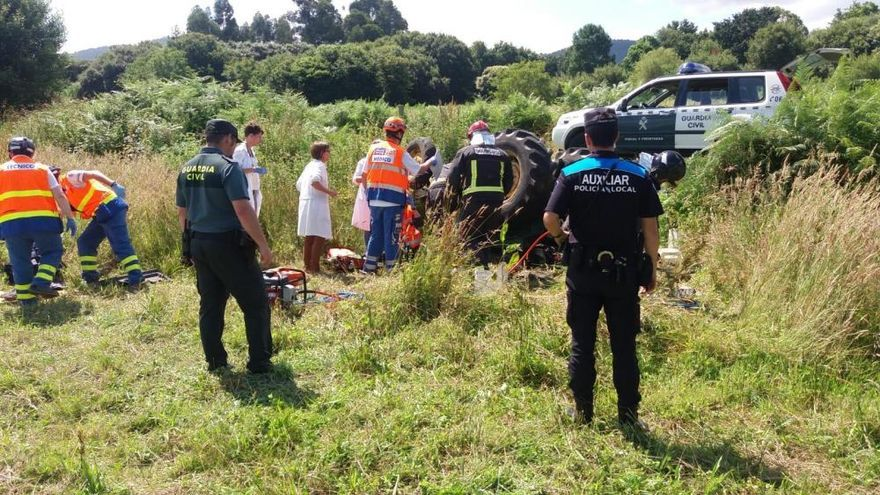 El exedil de Gondomar Abelardo Meneses, herido tras quedar bajo su tractor
