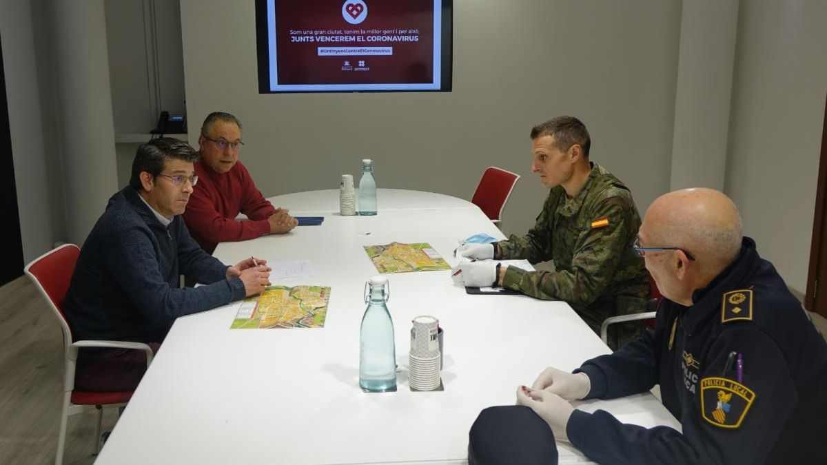 Rodríguez, el regidor de Seguretat y comisario de la Policía Local reunidos con el capitán del destacamento