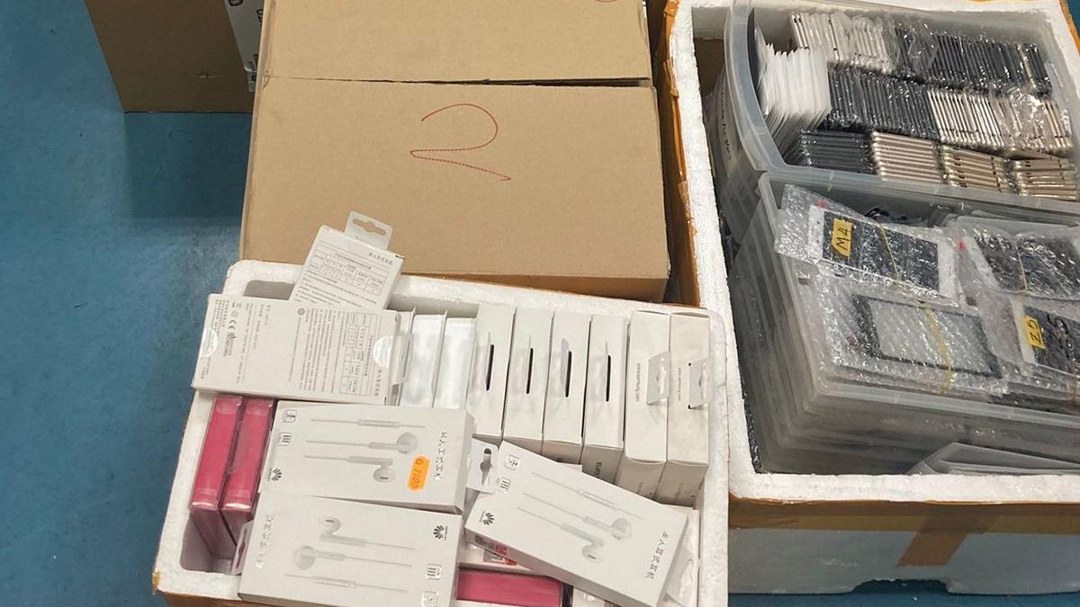 Intervenidos más de 4.800 dispositivos electrónicos falsos en una tienda de Zaragoza