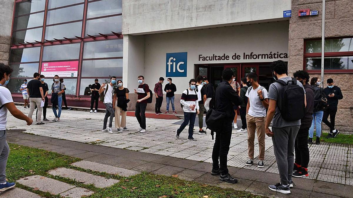 Estudiantes en el campus, uno de los equipamientos afectados por el cambio urbanístico. |   // VÍCTOR ECHAVE