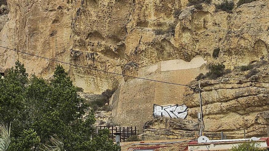 Grafiti en el entorno de la muralla de Santa Bárbara