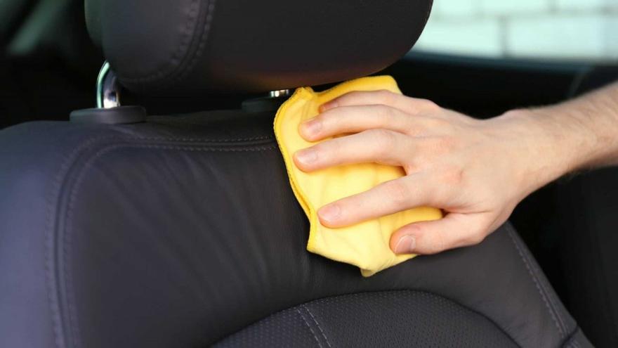 Cómo limpiar la tapicería del coche según el tipo de material
