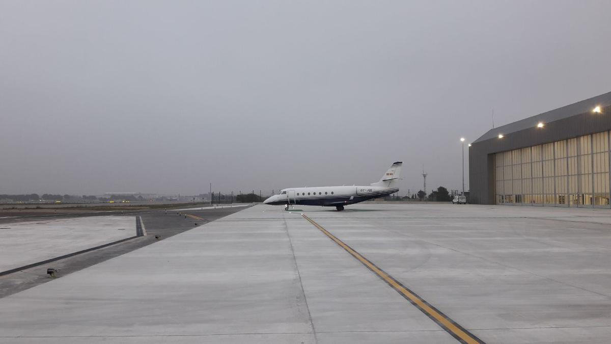 Niebla en el aeropuerto de València esta mañana.
